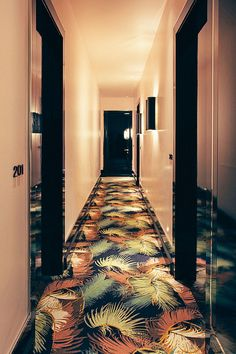 Dé eyecatcher in elke gang: tapijt met pluimenprint.
