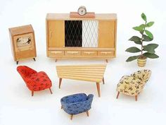 Typische jaren '50: club stoelen, asymmetrische tafel, televisie en rubberboom ...