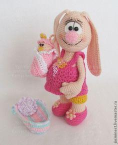Счастливая беременная Зайчиха с зайчонком. Очаровательная беременная Зайчиха с зайчонком станет отличным подарком молодой супружеской паре, женщине в самом удивительном положении, или маленькой девочке. Ручки Зайчихи на проволочном каркасе, что делает подвижными даже пальчики.