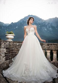 Pentru un look senzual, dar romantic, alege aceasta rochie de mireasa tip printesa cu decolteu in V si bust din dantela.
