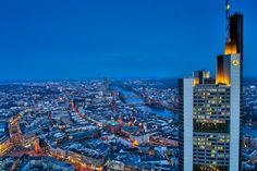 Auf dem Maintower in Frankfurt mit Blick Richtung EZB. Rechts im Bild der Commerzbank-Tower, dahinter der Main.  Aufgenommen als 5er Belichtungsreihe. Zusammengesetzt und bearbeitet mit Aurora HDR und Adobe Lightroom.