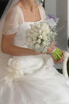 Un delicatissimo bouquet di tulipani bianchi. Pura semplicità