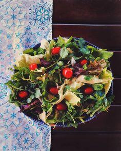 Com esse calorão uma saladinha sempre vai bem! Tentamos ser fitness, mas as vezes não dá certo, só que sempre tentamos novamente  Saladas sempre são bem vindas em casa! Todos adoram, então fazemos diferentes combinação e deixando o mais colorido possível. Quem mais é adepto as saladas coloridas? Aceito sugestões de combinações!  #salada #saudável #reeducaçãoalimentar #saudeesabor #omundodelas #bemestar #saudeebemestar #instafood #foodphotography #food #saúde #alimentacaosaudável