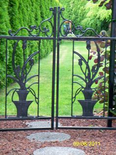wrought iron gates with flowers in flower pots design Garden Gates And Fencing, Garden Doors, Fence Gate, Garden Paths, Wrought Iron Gates, Entrance Gates, Garden Structures, Beautiful Gardens, Landscape Design
