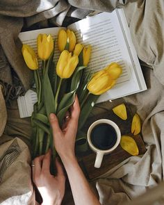 Let's drink our coffee in bed and read your favorite book  . Spring Aesthetic, Book Aesthetic, Flower Aesthetic, Aesthetic Photo, Flat Lay Photography, Coffee Photography, Flower Photography, Flatlay Instagram, Book Flowers