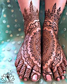 Already bought a pretty pair of payal to flaunt at your Mehndi? Take a pick from our favourite simple foot mehndi design ideas and slay the day in style, girl. Dulhan Mehndi Designs, New Bridal Mehndi Designs, Mehndi Designs Feet, Cool Henna Designs, Full Hand Mehndi Designs, Legs Mehndi Design, Beautiful Mehndi Design, Tattoo Designs, Leg Mehndi