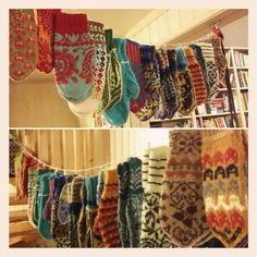 #eventyrvotter #girlander #mønsterstrikk #colourwork #knitstagram #mittens #votteåret2015 #vottelauget