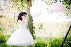 Lavender Lace Wedding - Flowergirl bruidsmeisje pompoms lampionnen lila wit - Styling: Delcarte weddingplanning & -styling | Photography: Debby Elemans Photography
