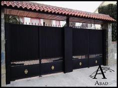 Las puertas metálicas de corredera ofrecen una rentabilidad óptima, seguridad duradera de funcionamiento y para las personas una gran tranquilidad, incluso con una frecuencia de uso alta.