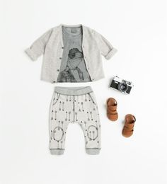 Absolutely love this whole outfit... patterned pants with an illustration on the top... again I love grey!