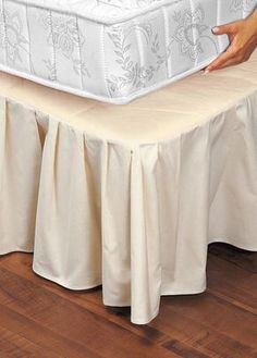 Choose 18 bed skirts with great discount prices & stunning colors. This 18 inch bed skirt is available of any drop length with queen and king size. Room Ideas Bedroom, Home Bedroom, Diy Room Decor, Bedroom Decor, Folding Fitted Sheets, Lace Bedding, Linens And Lace, Diy Pillows, Home Decor Furniture