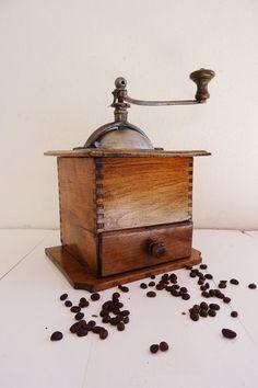 Große, alte Kaffeemühle, Bauernmühle, wunderschöne Holzmaserung, Metalltrichter
