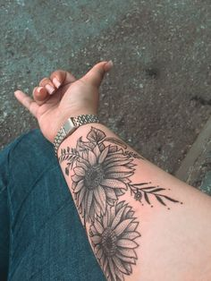 Sunflower tattoo discovered by ღ Ⓢ♡ⓟⓗⓘɘ ❣ on We Heart It Forearm tattoo – Fashion Tattoos Bicep Tattoo Women, Inner Forearm Tattoo, Tattoos For Women Half Sleeve, Small Forearm Tattoos, Sleeve Tattoos, Forarm Tattoos, Body Art Tattoos, Xoil Tattoos, Tatoos