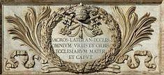 """Lateraanikirkko omistettiin alun perin yksinomaan Jeesus Vapahtajalle.   Paavi asui viereisessä Lateraanipalatsissa sen valmistumisesta asti aina vuonna 1304 alkaneeseen Avignonin vankeuteen asti.   Paavi Sergius III omisti 1000-luvulla kirkon myös Johannes Kastajalle ja paavi Lucius II evankelista Johannekselle.   Paavin tuomiokirkkona se oli """"kaikkien kirkkojen äiti"""", joka kirjoitettiin virallisen sisäänkäynnin viereen. Religion, Frame, Picture Frame, Frames"""