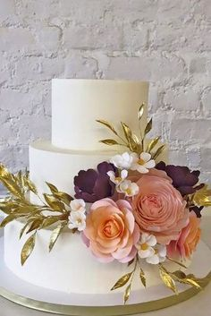 Check out these 18 outstanding white and colorful wedding cake designs, take inspiration from our favorites fondant flower wedding cakes! Bolo Floral, Floral Cake, Fondant Wedding Cakes, Wedding Cake Toppers, Cake Wedding, Gold Wedding, Purple Wedding, Fondant Flowers, Sugar Flowers