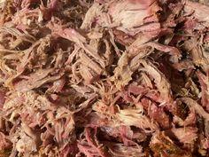 Zutaten:  Tessinerbraten Helvetic Barbeque Original Sauce  PfefferSalz Knoblauch PulverZwiebel PulverZuckerPaprika PulverApfelsaft (oder auch Bier)  Zubereitung  Als erstes wird der Rub hergestellt in dem Pfeffer, Salz, Knoblauch-, Zwiebel- und Paprikapulver vermengt und nach belieben schärfer oder milder abgeschmeckt.   #PulledPork Pulled Pork, Meat, Food, Roast, Onions, Garlic, Pepper, Salt, Shredded Pork