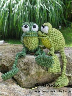 Trop mignons ces grenouilles au crochet, ce serait dommage qu'ils se transforment en prince ! Very cude these crochet frogs. It would be a pity that the kissed turned into a prince ! Süss die beiden Häkelfrösche. Wäre schade, wenn sich der geküsste in einen schönen Prinzen verwandelt.