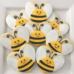 Adorable bee cookies made from a heart shaped cookie! Cookies Cupcake, Bee Cookies, Fancy Cookies, Cookie Icing, Valentine Cookies, Cut Out Cookies, Easter Cookies, Royal Icing Cookies, Cookies Et Biscuits