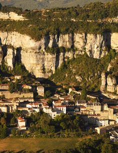 """-APARTÉS CULINAIRES- Le roquefort : plus qu'un fromage, un village ! """"Site remarquable du goût"""", le village de Roquefort en Aveyron est unique en son genre. Situé au pied du rocher de Combalou, c'est bien là, et uniquement là, au plus profond des caves du village, qu'est affiné le célèbre fromage, première appellation d'origine de France! Article à retrouver dans le Journal à Part #2 Le village de Roquefort"""