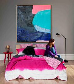 Arty ombre  Mixing dark tones with punchy pinks creates a warm and intimate space that feels cosy, sensual and snug. The oversized painting proves that bigger can be better when it comes to art. Colour is key here but texture is also a strong element in helping to build the mood.