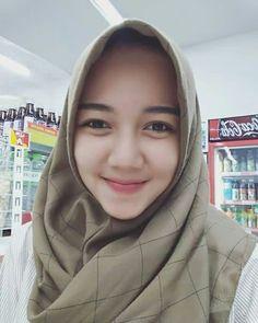 Oh kantung mata🐼 😪😣 Islamic Girl, Face Photography, Girl Hijab, Hijab Chic, Beautiful Hijab, Muslim Women, Covergirl, Hijab Fashion, Cool Style