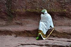 Este post se ha leíd520veces Si Bete Giorgis impresiona por su simbolismo y su imagen icónica en un lugar de imágenes icónicas, el resto del conjunto monumental incrementa la sensación de estupor. Porque Bete Giorgis es un emblema mundial que causa asombro pero no deja adivinar la envergadura total del trabajo que los antiguos etíopes …