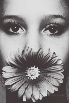 Kép innen: We Heart It https://weheartit.com/entry/52226025 #art #b&w #blackandwhite #fashion #flower #love #photography #portait #pretty #singer #smiling #vintage #woman