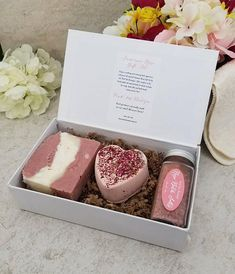 Bad Geschenkset / All Natural Soap / Bad und Beauty Geschenk / Spa Kit / Rose Sc… Bath Gift Set / All Natural Soap / Bath and Beauty Gift / Spa Kit / Rose Scented Handmade Soap Packaging, Handmade Soaps, Handmade Ceramic, Bath Bomb Packaging, Kit Rose, Soap Packing, Homemade Soap Recipes, Spa Gifts, Home Made Soap