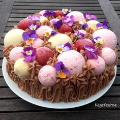 Cake with mousse bombs and edible flowers - Kage med moussebomber og spiselige blomster.