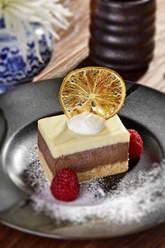 Шоколадный кейк - мусс из белого и молочного шоколада на ломтике нежного домашнего бисквита.