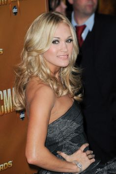 Carrie Underwoods gorgeous, blonde hairstyle
