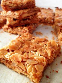 Honeydew, golden squares with almonds and honey Biscuit Cookies, Biscuit Recipe, Shortbread, Dessert Bars, Dessert Recipes, Breakfast Recipes, Bolacha Cookies, Desserts With Biscuits, Scones