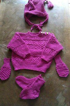 Bluse, hue, vanter og strømper.