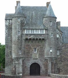 Château de Trécesson 56, souvent présenté pour illustrer la forêt de Päimpont/Brocéliande, ce chateau remonte au 8°s. Il prend toutefois sa forme actuelle au 15°s. Ses défenses sont limitées et il n'a pas une vocation militaire marquée. Il est encore entouré d'une ferme, d'un étang artificiel et d'un pigeonnier, toutes choses que l'on retrouvait très souvent autour de chaque chateau.