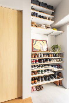 【EcoDecoスタッフ岡野の自邸リノベーション】玄関収納はオープン棚。奥行きが見える分広く感じられる。#玄関 #靴箱 #収納 #オープンラック #EcoDeco #エコデコ #インテリア #リノベーション #renovation #東京 #福岡 #福岡リノベーション #福岡設計事務所 Kitchen Gadgets, Shoe Rack, Rooms, Bedrooms, Shoe Racks, Utensils