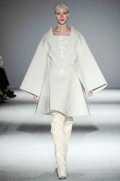 Gareth Pugh Fall/Winter Ready-to-Wear Gareth Pugh, High Fashion, Fashion Show, Women's Fashion, Fashion Design, Couture Outfits, Haute Couture Fashion, Winter Typ, Fall Winter