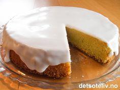 """Oppskriften på """"Kefirkake"""" er hentet fra et gammelt oppskriftshefte fra Tine. Kaken inneholder mye smør, sukker og kefir og blir derfor veldig mektig og myk. Kaken er rask å lage og kan lages som rund kake eller stekes i brød- eller formkakeform. Kakedeigen er tilsatt noen dråper romessens, som gir nydelig smak. Dersom du ønsker, kan du i tillegg glasere kaken med melisglasur med romsmak, slik som på bildet. En utrolig deilig hverdagskake!!"""