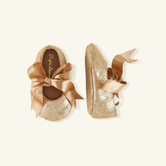 This precious Ralph Lauren Baby flat is crafted from soft leather with a metallic sheen and features a pretty silk bow.