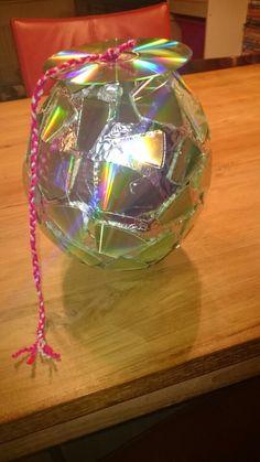 Discobol surprise gemaakt van papier mache & CD's