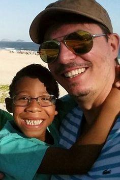 Rejeitado por heterossexuais por ser negro demais, menino é adotado por casal gay