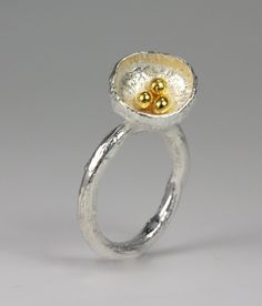 Ring met holle bol en granulles in goud