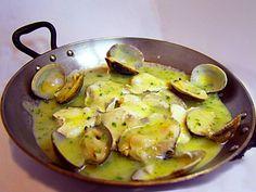 Cazuelita de ALMEJAS y KOKOTXAS en salsa verde. Reserva online en EligeTuPlato.es