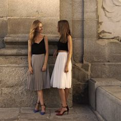 Apuesta por la falda midi plisada y el crop top para un evento afterwork ;)  Bet for a pleated midi skirt and crop top for an afterwork event ;)