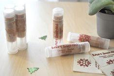 Je vous propose aujourd'hui de découvrir une jolie recette DIYpour une idée de cadeau de Noël originale : Le Baume à lèvres Gourmand de Noël ! Plutôt que de dépenser des fortunes en cadeau de noël, j'ai décidé, cette année, d'initier mes proches à une démarcheécolo par l'intermédiaire d'un Cadeau de Noël gourmand. Ce baumeLire la suite