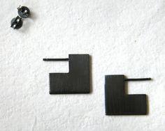 Deze geometrische hoepel oorbellen gemaakt in gespannen en koele stijl. Deze minimalistische vierkante oorbellen worden van zilver met mij gereduceerd. Perfect als cadeau voor meisjes of vrouwen die graag moderne edgy sieraden.  Dikte is 0.8 mm en ze zien eruit alsof ze het oor knippen. Als u hetzelfde effect wilt, hebt u mij te laten weten wat is de afstand tussen uw oor gat en het einde van de oorlel. Zie 4de foto. De grootte van het plein kan eveneens worden aangepast. Vierkante formaat…