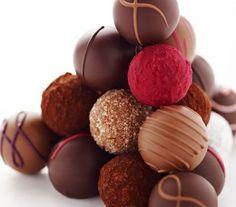 Praliny z Pijalni Czekolady E. Death By Chocolate, Chocolate Heaven, Chocolate Treats, Chocolate Coffee, Delicious Chocolate, Biscuit Bread, Breakfast Cake, Lounge, Dessert Bars