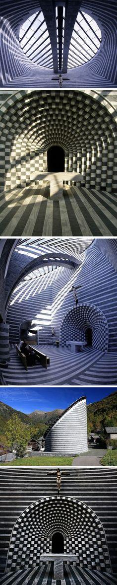 Incroyable église à Fusio en Suisse    La structure de cette église est d'une forme elliptique aux rayures noires et blanches, avec un toit en pente totalement vitré. Une fois à l'intérieur, on est pris dans le tourbillon d'un damier vertigineux dû à l'utilisation de couches de marbre et de granit. Sans fenêtre, la seule entrée de lumière se fait par le toit et agit comme un puit de lumière, divin !