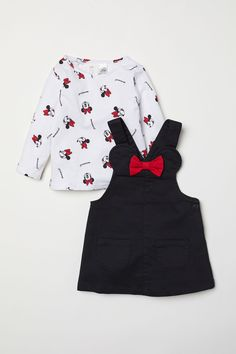 Dungaree dress and top - Black/Minnie Mouse - KidsSet with a dungaree dress in twill and top in patterned cotton jersey.Discover a range of clothes for baby girls and toddlers at H&M, with practical options in fun prints and colours. Baby Outfits, Kids Outfits, Luxury Baby Clothes, Baby Kids Clothes, Dungaree Dress, Bib Overalls, Overall Dress, Matching Outfits, Kind Mode