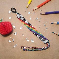 Normal friendship bracelet pattern added by KatarinaO. String Bracelet Designs, Macrame Bracelet Patterns, Beading Patterns, Diy Friendship Bracelets Patterns, Thread Bracelets, Summer Bracelets, Cute Bracelets, Bracelet Tutorial, Bracelet Making