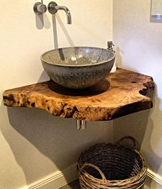 The wood/the sink bowl